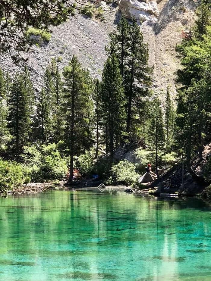Lago verde in valle stretta panorama
