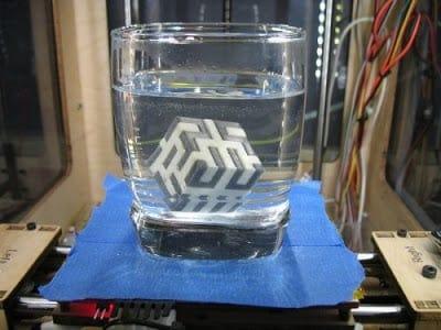 O material branco (PVA) será dissolvido na água.