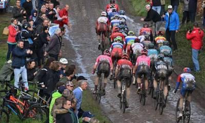 Paris-Roubaix EN DIRECT : Seul en tête, Moscon crève… Van der Poel va tenter d'en profiter…