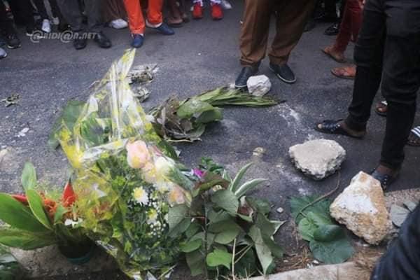 arafat 1 1 - Hommage à Dj Arafat : Sa mère dépose des gerbes de fleurs sur le lieu de...