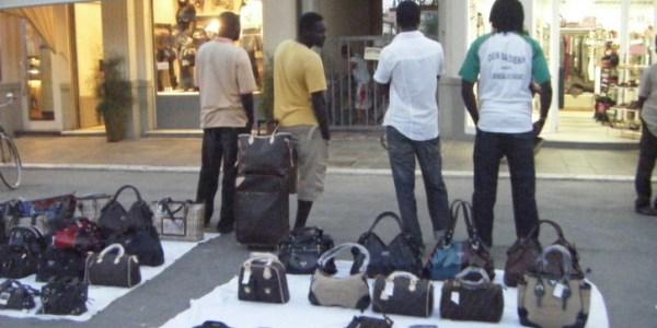 italie sacs contrefaits - Italie : Un Sénégalais clandestin envoie deux policiers chez Ardo
