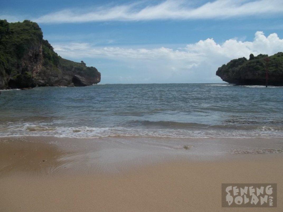 Pantai Gesing Gunungkidul diapit dua tebing