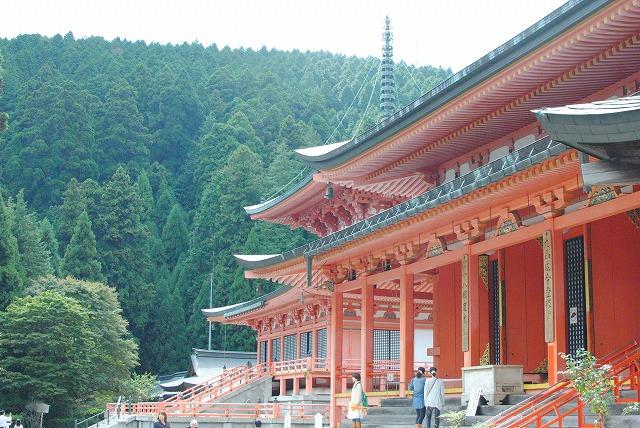 阿弥陀堂と奥に法華総持院東塔
