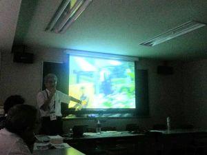 ビデオ映像を映しながら説明する浅野さん