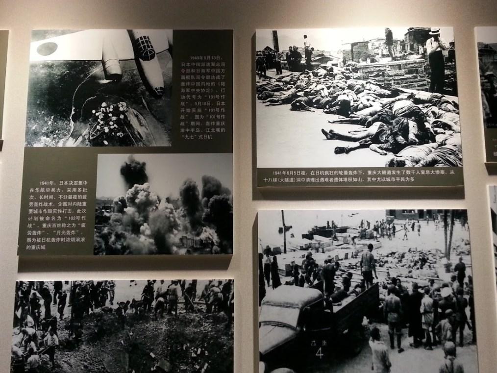 爆撃の状況を伝える写真展示