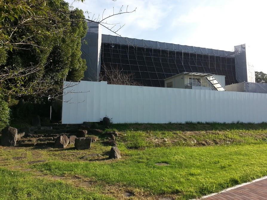 現在は改修工事中で塀囲われている展示館・右側やや奥にマグロ塚がある
