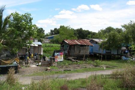 Widok z pociągu w drodze do miasta Ajutthaja