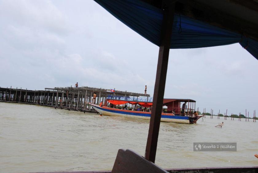 Pływanie w jeziorze Tonle Sap