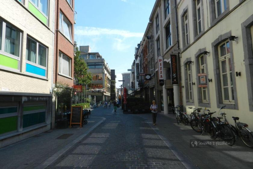 Ulica biegnąca obok ratusza w Hasselt
