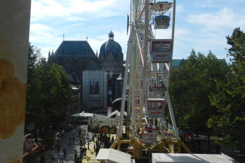 Widok z ratusza na katedrę w Aachen