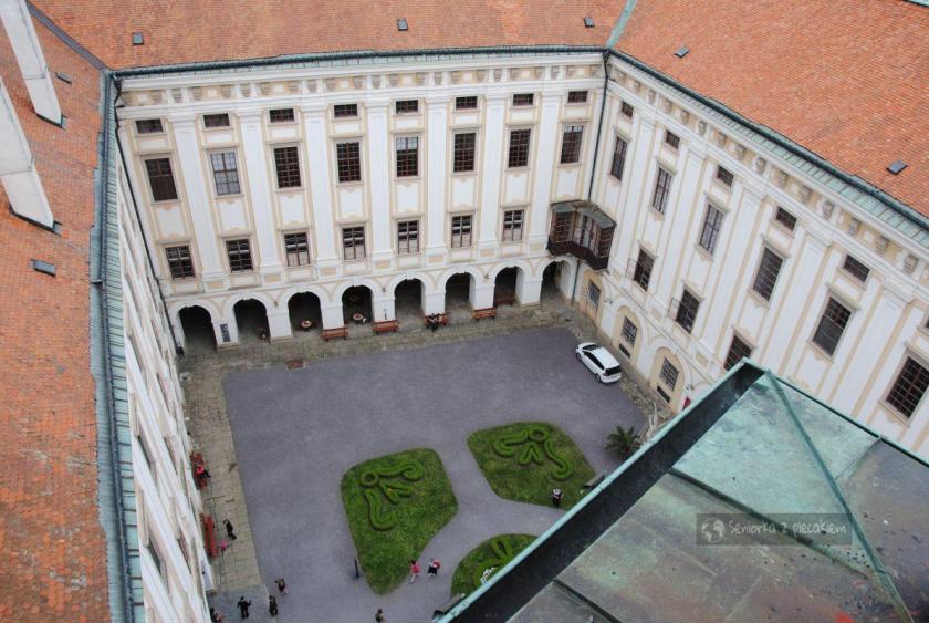Widok z wieży na dziedziniec pałacu w Kromeriż