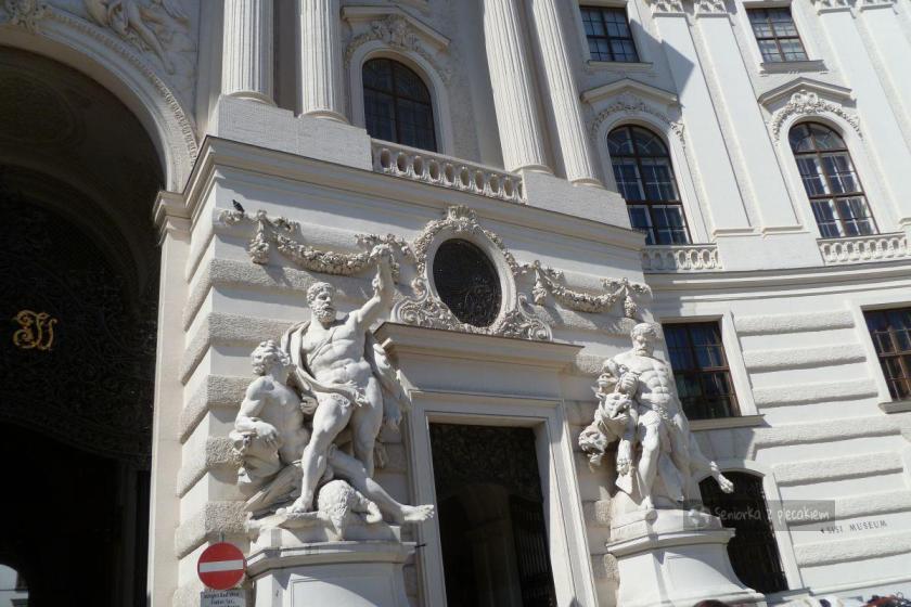Rzeźby przy bramie wjazdowej do pałacu Hofburg w Wiedniu