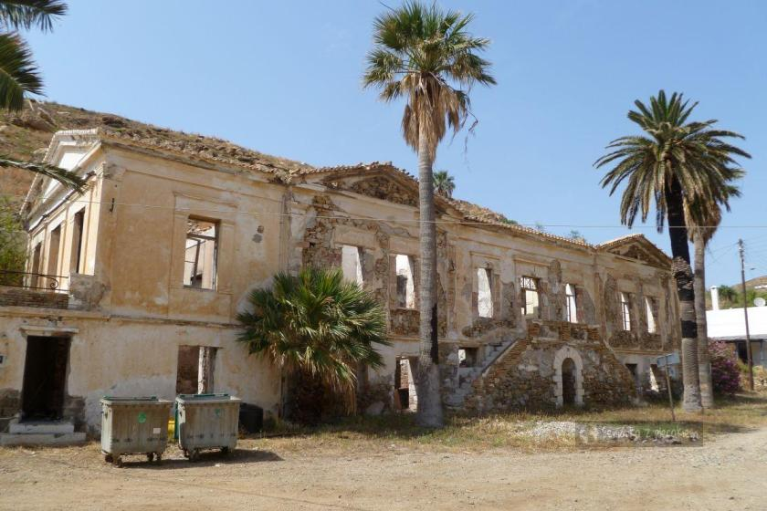 Ruiny pałacu gubernatora w Megalo Livadi na Serifos