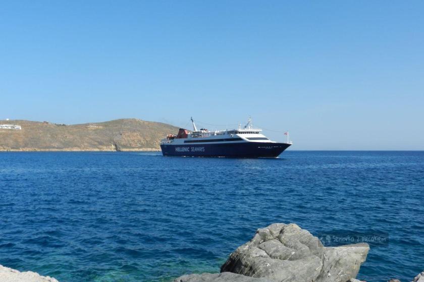 Statek na Paros wpływa do portu w Serifos w Grecji