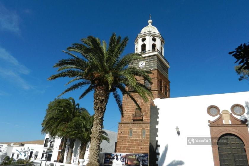 Kościół przy głównym placu w Teguise