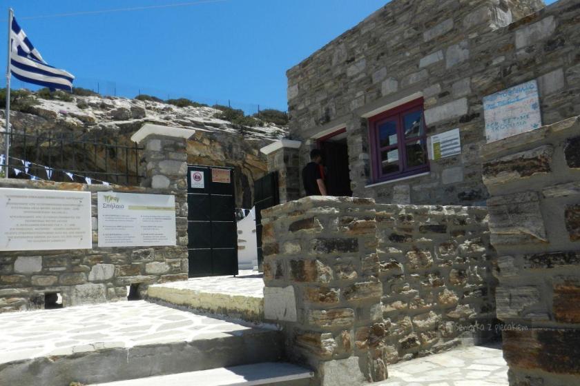 Kasa przed wejściem do jaskini na Antiparos