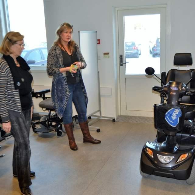 Natalia Halle fra Hjelpemiddelsentralen viser moderne hjelpemidler til Eva Dahl fra Eldrerådet i Tønsberg.