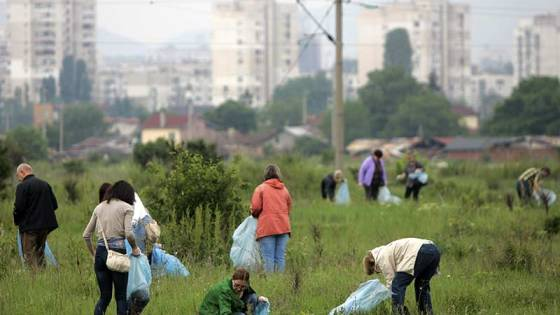 volunteers-picking-up-trash