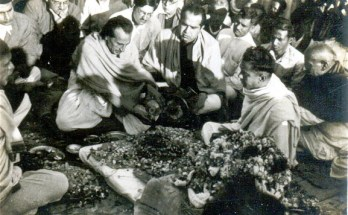 Bhai-Pratap-with-Acharya-Kripalani-emersing-Gandhiji's-ashes-in-Kandla-waters