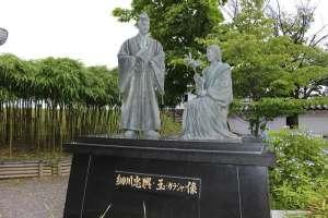 細川忠興と玉の像