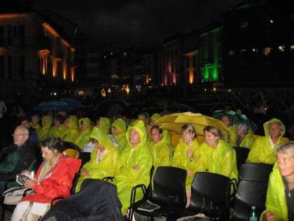 Unerschütterliche Filmfans auf der Piazza Grande (c) sennhauser