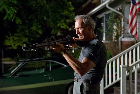Clint Eastwood schiesswütig in 'Gran Torino' (Foto: Warner Bros.)