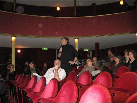 Das Publikum. (stehend: Werner 'Swiss' Schweizer)