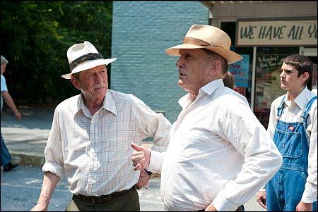 John Hurt und Robert Duvall in 'Jayne Mansfield's Car' von Billy Bob Thornton