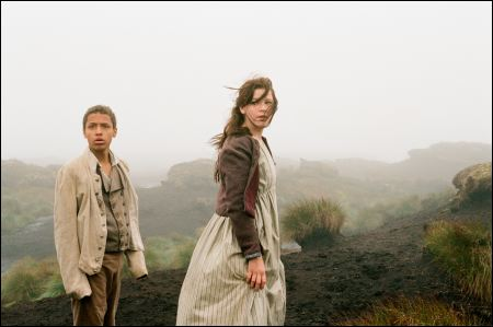 Solomon Glave als junger Heathcliff und Shannon Beer als junge Cathy in Andrea Arnolds 'Wuthering Heights' ©frenetic