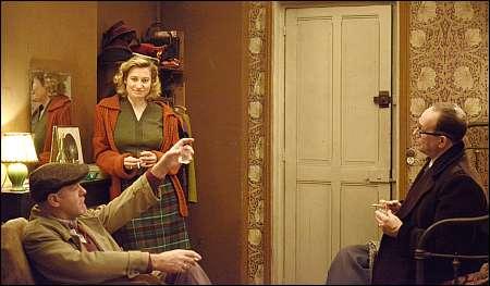 Violette Leduc (Emmanuelle Devos) mit Jean Genet (Jacques Bonaffé) und Jacques Guérin (Olivier Gourmet) © Xenix