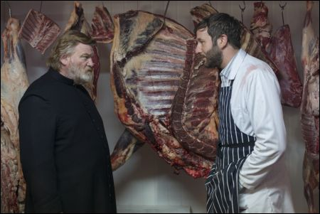 Father James (Brendan Gleeson), Metzger Jack (Chris O'Dowd) © Ascot-Elite