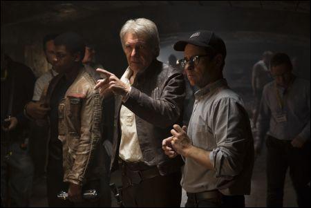 John Boyega (Finn), Harrison Ford (Han Solo), und Regisseur J.J. Abrams © 2014 Lucasfilm Ltd.