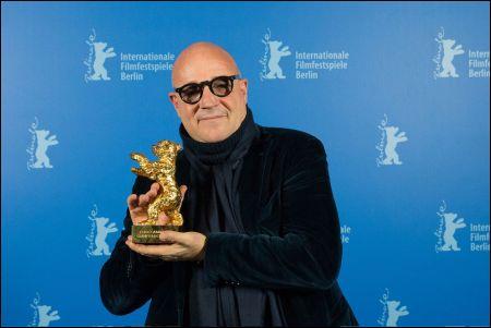 Gianfranco Rosi mit dem goldenen Bären der 66. Berlinale