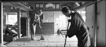 Rosalie Thomass und Kaori Momoi in 'Grüsse aus Fukushima' von Doris Dörrie © filmcoopi