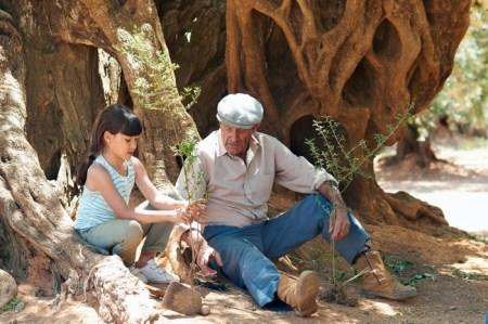 Alma (Ines Ruiz) und ihr Grossvater (Manuel Cucala) © filmcoopi
