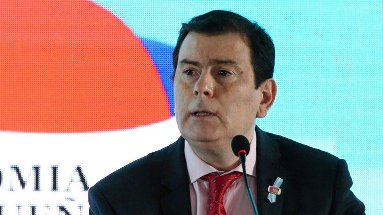 A un mes de las elecciones, el gobernador de Santiago del Estero anunció un bono de $90.000 para estatales y un aumento del 57%