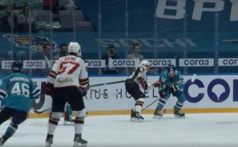 Хоккейный матч между «Сочи» и «Авангардом» начался с двух драк