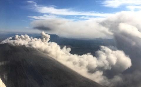 Вулкан на Камчатке выбросил столб пара на 5 500 метров