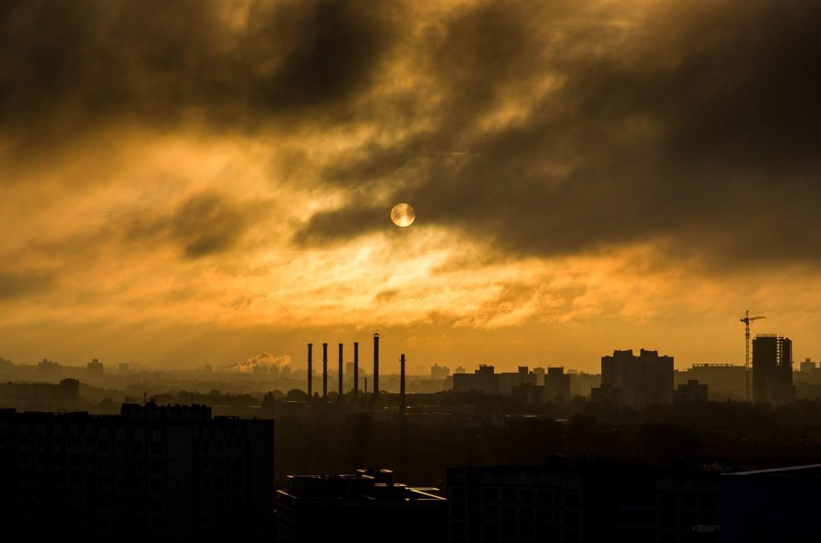 Екатеринбург накрыла белесая дымка с едким запахом гари