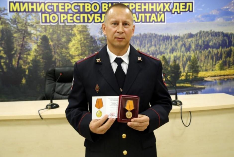 Алтайского полицейского наградили за спасение шестилетней девочки