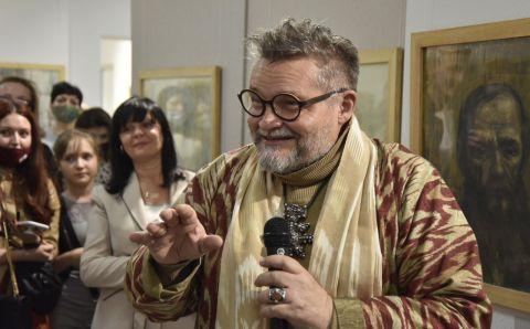 В Заполярье историк моды Александр Васильев представил выставку картин своего отца