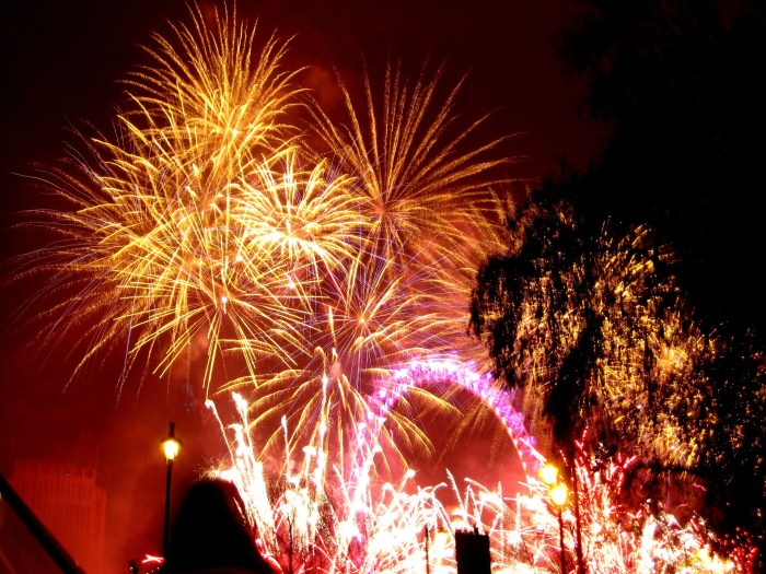 fireworks-645048_1920
