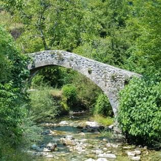 Uno dei ponticelli medievali frequenti in questa valle