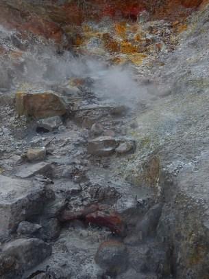 Una pozzanghera di acqua e fango bollenti