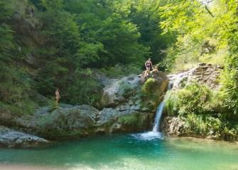 La piscina superiore con la cascata
