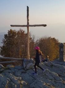 La croce in legno viene ricostruita ogni Agosto, per la festa del Santo
