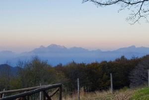 L'alba: dal rifugio Burigone si ammirano le Apuane che risplendono del primo sole
