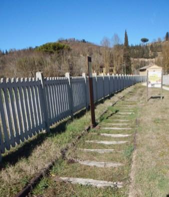 L'inizio della ciclabile con alcune rimanenze della ferrovia