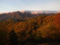 All'alba, il poggio che ospita l'alpeggio si staglia sull'Appennino