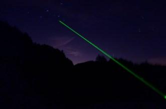 Di note ci piace osservare le stelle: le osserviamo e le indichiamo con un puntatore astronomico